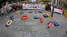 Una concentración, convocada por la plataforma Iruñea Ciudad de Acogida, ha exigido esta tarde en Pamplona medidas urgentes que permitan el desembarco en puerto seguro de los barcos Open Arms y Ocean Viking.