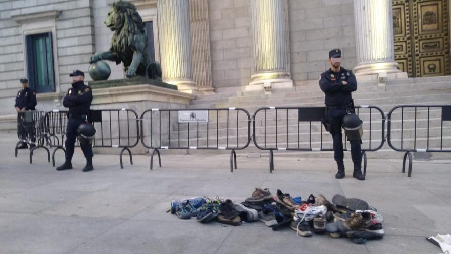 Las botas y zapatillas que han dejado los pensionistas llegados desde Rota (Cádiz) y Bilbao hasta el Congreso en defensa del sistema público de pensiones.
