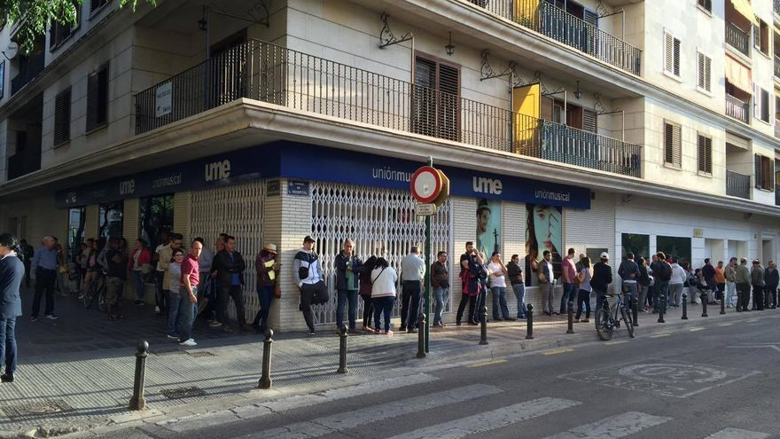 La cola para renovar el DNI en la calle Hospital con Guillén de Castro este miércoles a las 8.00 horas