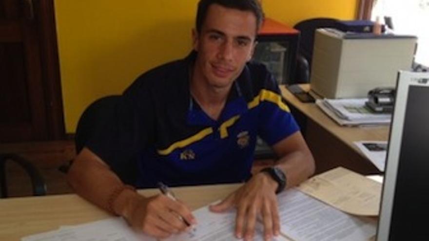 EL canterano amarillo estampa su firma en el nuevo contrato. (udlaspalmas.es)