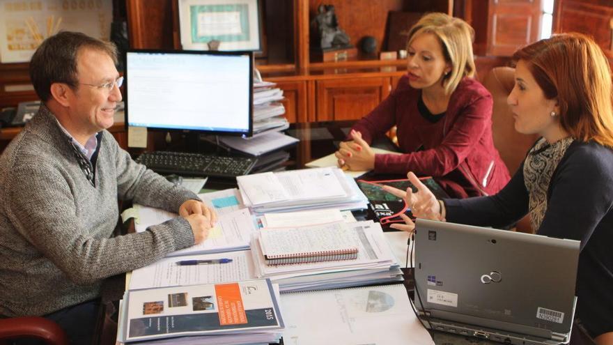 En la imagen, reunión con la nueva directora de la Caixa.