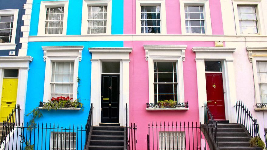 Casas multicolores en Portobello Road, corazón de Notting Hill.