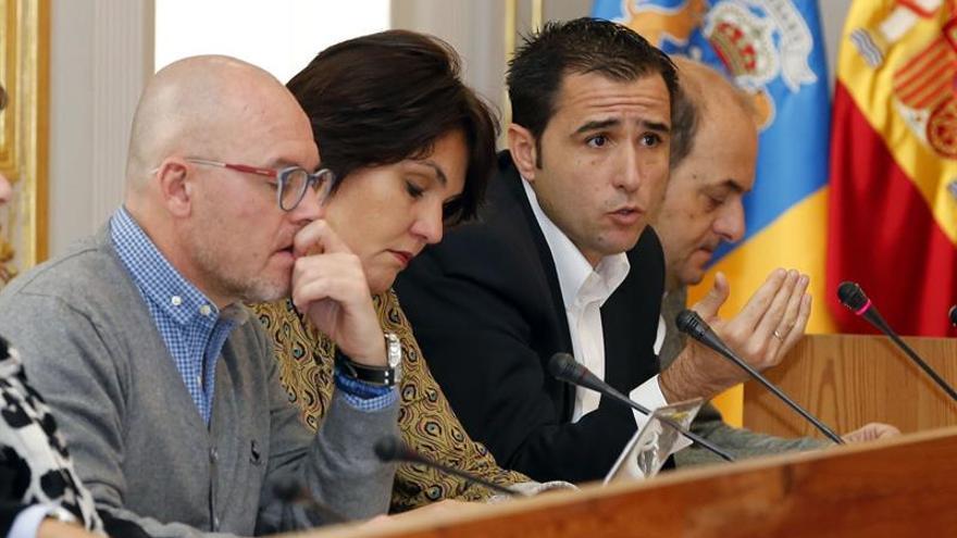 Los concejales del PP en el Ayuntamiento de Las Palmas de Gran Canaria Juan José Cardona (d), Angel Sabroso (2d), Jimena Delgado (2i), y José MIguel Alamo (i)