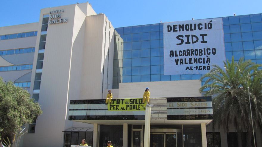 Els ecologistes han penjat pancartes en l'edifici de l'hotel Sidi-Saler.
