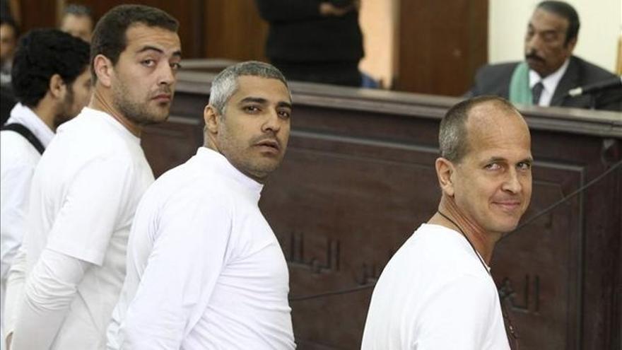 Baher Mohamed, Mohamed Fahmy  y Peter Greste en una de las vistas judiciales / EFE