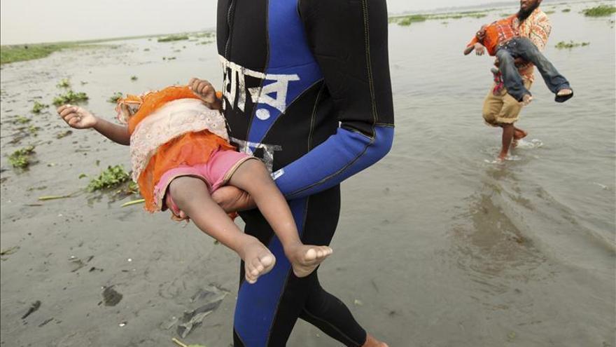 Al menos seis muertos y 30 desaparecidos al volcar un barco en Bangladesh