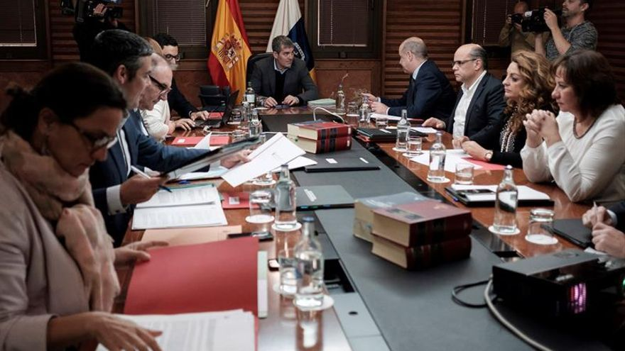 El presidente del ejecutivo regional, Fernando Clavijo (c), presidió la reunión del Consejo de Gobierno celebrado en la capital grancanaria.