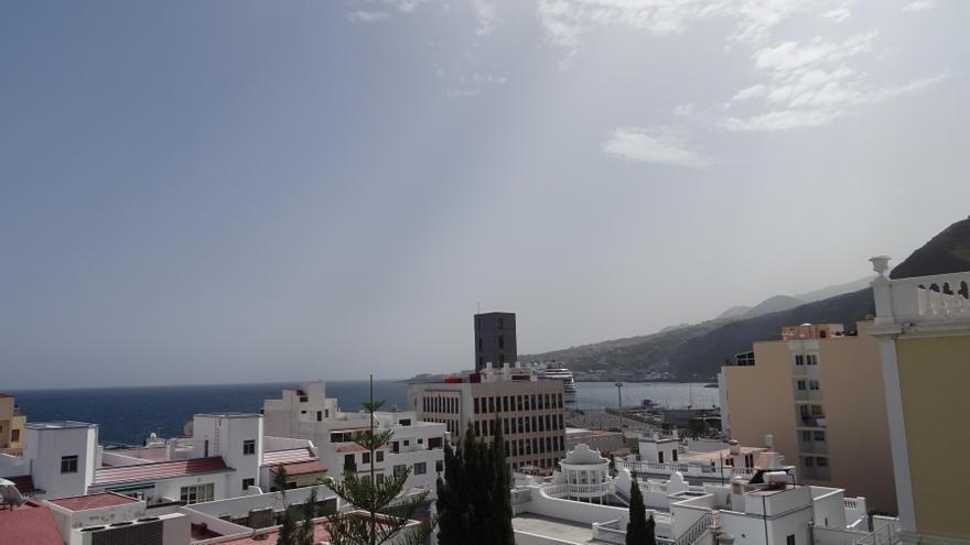 Panorámica de Santa Cruz de Palma este viernes, 10 de marzo, que, con una temperatura de 34,3 grados centígrados, ha batido un récord histórico. Foto: LA PALMA AHORA.