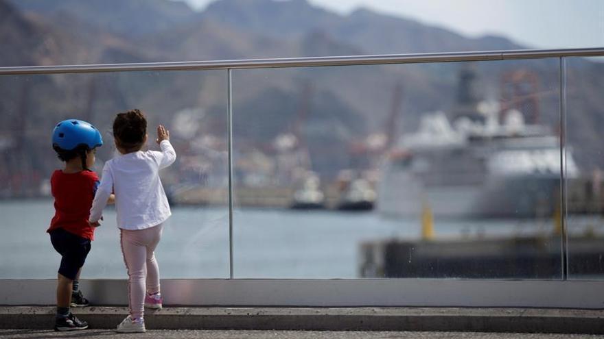 Dos niños, junto al puerto de Santa Cruz de Tenerife en el primer día en que pueden salir de nuevo a las calles