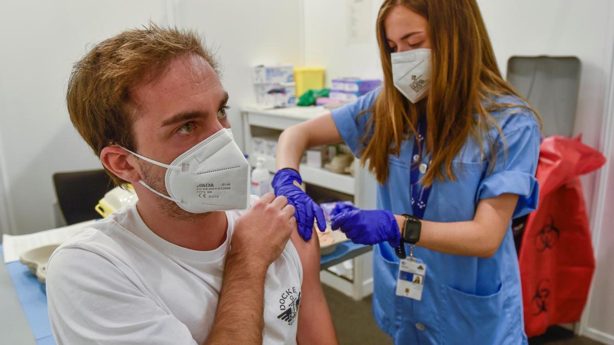 El Servicio Vasco de Salud, Osakidetza, ha comenzado este martes la vacunación masiva contra el Coronavirus a jóvenes de entre 16 y 29 años en centros como el Pabellón de La Casilla en Bilbao.