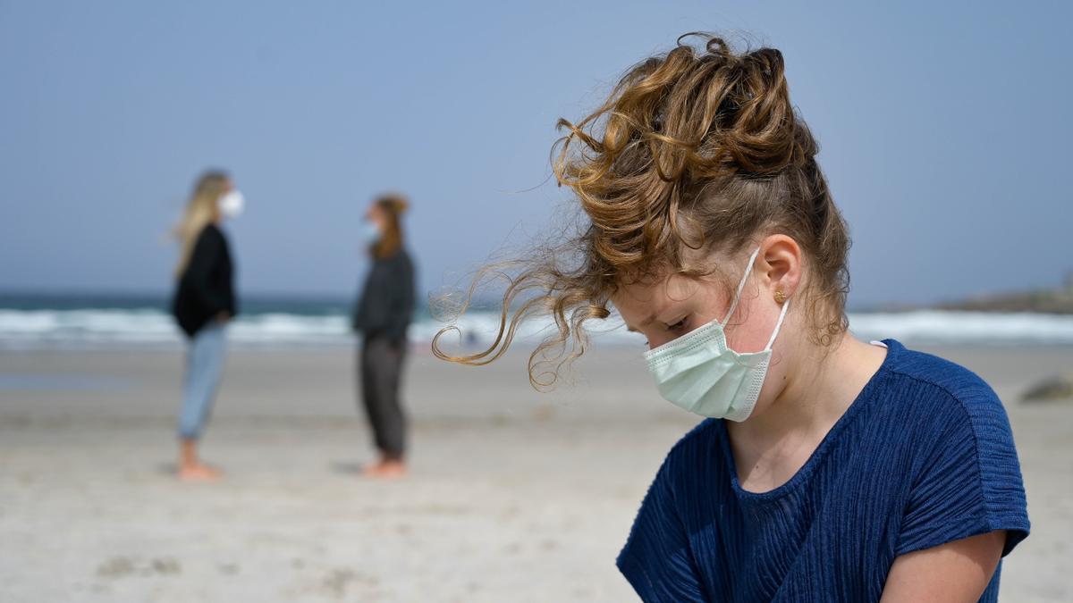 Una niña lleva una mascarilla en la Playa das Salseiras en A Laracha, A Coruña.