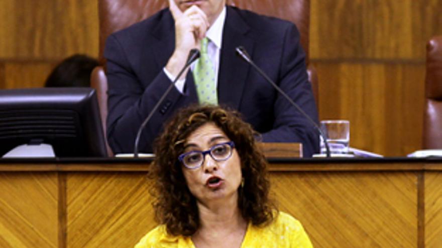 María Jesús Montero en una intervención en el pleno escoltada por Juan Pablo Durán.