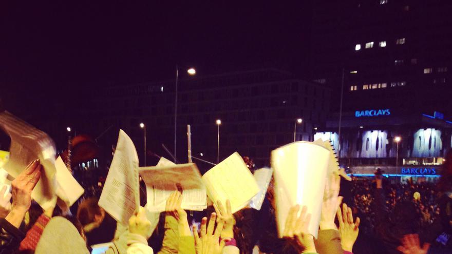 """Partituras y violines en alto, al grito de """"Estas son nuestras armas"""", ante la carga policial en Colón / Foto: Olga Rodríguez"""