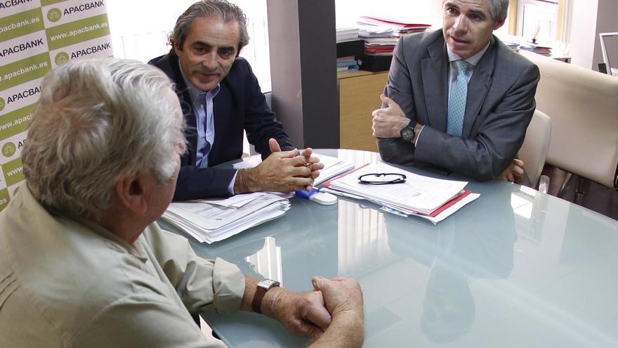 Ricard Torres y Salvador Sostre, letrados de Apabanc, atienden a un afectado por las preferentes