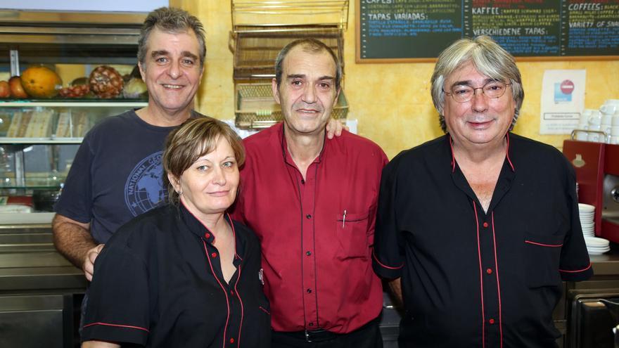 En la imagen, cuatro de los cinco trabajadores del Bar La Palma. Foto: NOVAFOTO