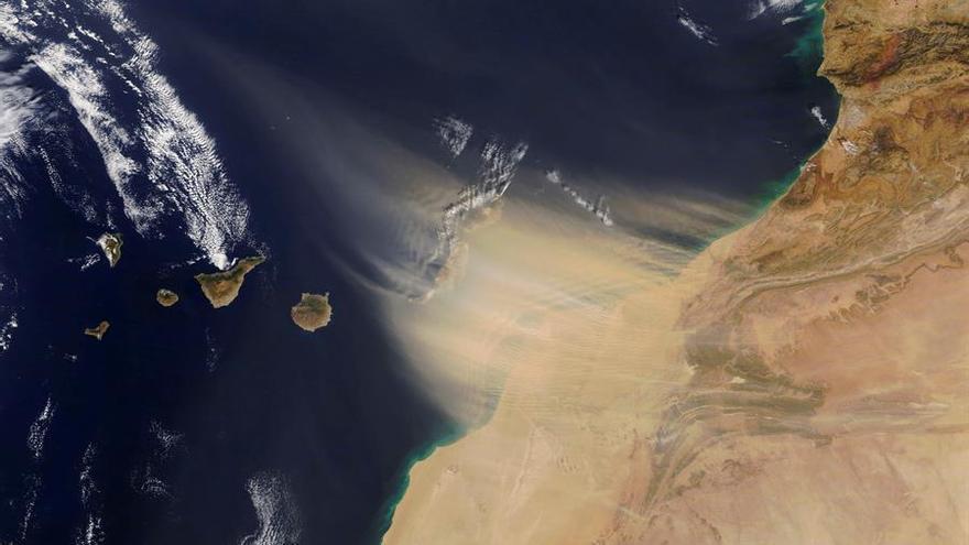 Fuerte episodio de calima sobre Canarias, en una imagen de la NASA
