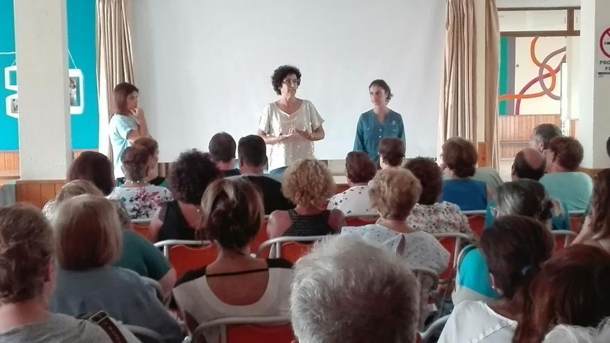 Reunión de la consejera de Asuntos Sociales del Cabildo de La Palma, Jovita Monterrey, con los familiares de las personas residentes en la Residencia de Pensionistas.