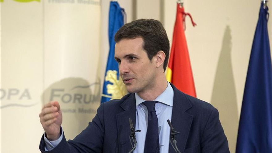 El alcalde de Calp, César Sánchez (dcha), saluda al vicesecretario general de Comunicación del PP, Pablo Casado
