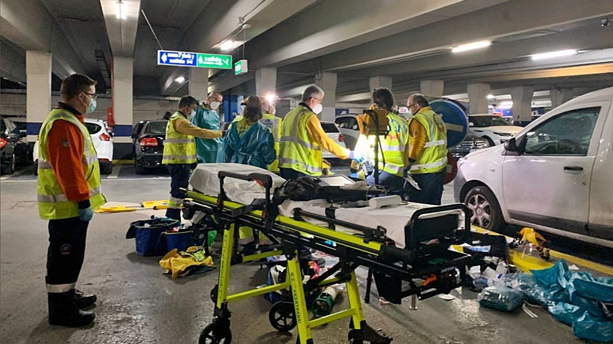 Efectivos de Emergencias 112 en la zona del accidente en el párking de Santa Ana