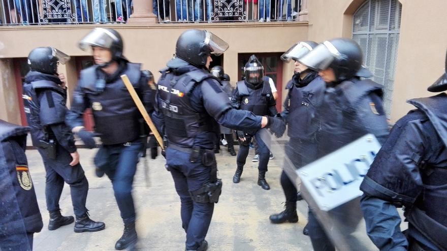 Intervención policial el 1-O en el colegio Ramon Llull de Barcelona