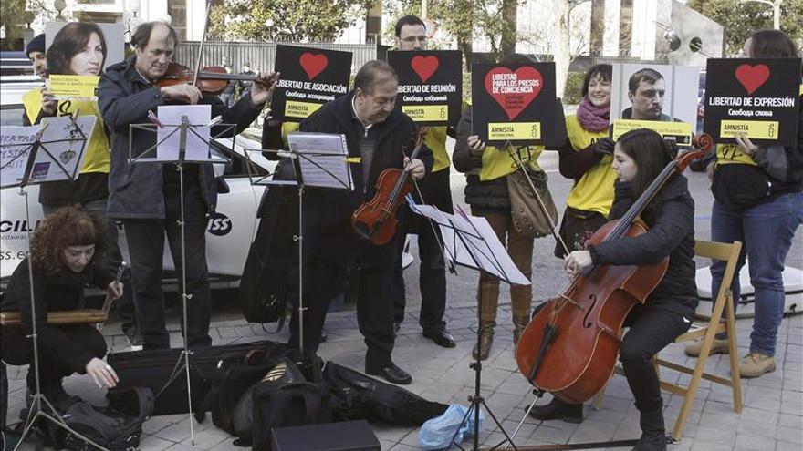 AI entrega 44.000 firmas en la embajada rusa para pedir respeto a las libertades