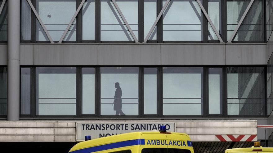 Un paciente pasea por un pasillo acristalado del Complexo Hospitalario Universitario A Coruña, donde un paciente procedente de Madrid está aislado por coronavirus, en A Coruña/Galicia (España) a 4 de marzo de 2020.