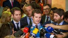 El secretario general del Partido Popular, Pablo Casado (c), atiende a los medios acompañado por el secretario general, Teodoro García Egea