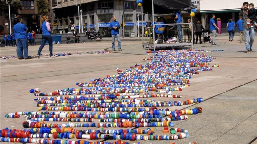 Un colegio asturiano busca el Guinnes con una cadena de 40.000 tapones plástico