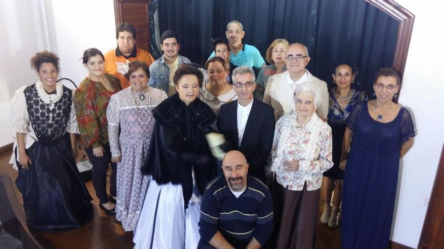 En la imagen, parte de los personajes de la película con Ginés Laos.