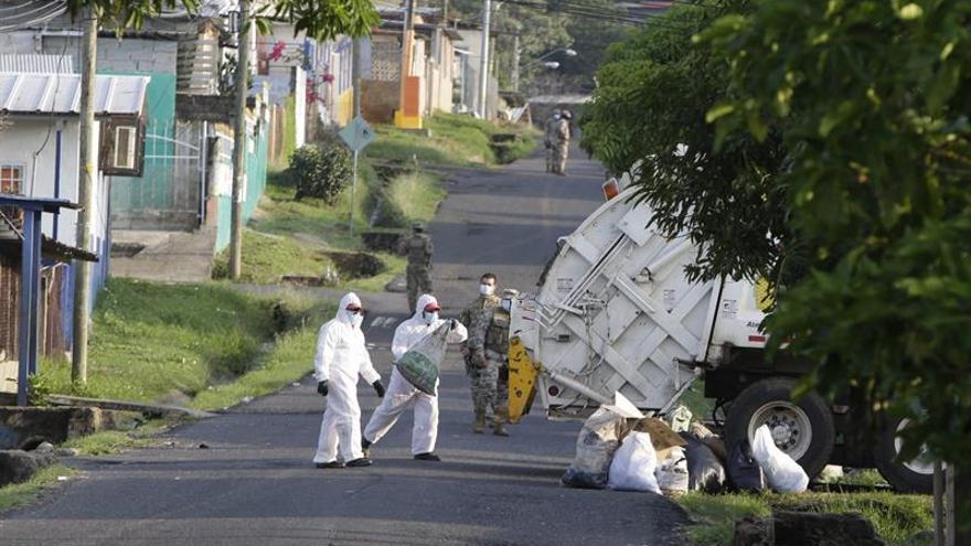 Panamá se encuentra bajo cuarentena nacional obligatoria indefinida desde el pasado 25 de marzo, aunque dos semanas antes de esa fecha ya se habían cerrado las escuelas, los comercios es industrias no esenciales, y prohibido las aglomeraciones.