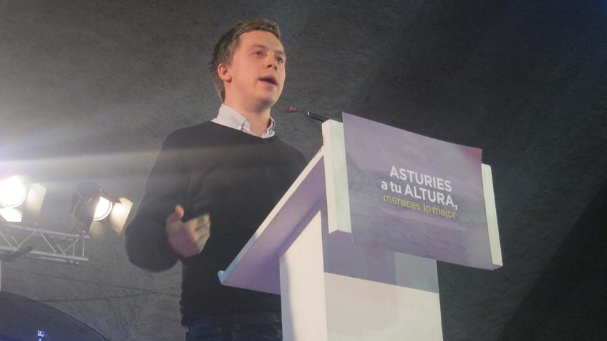 """Owen Jones bromea en un mitin de Podemos sobre su parecido con Errejón: """"No soy su gemelo diabólico"""""""
