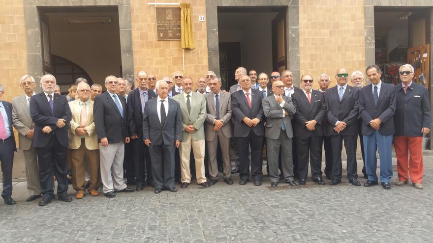 El homenaje a Antonio Manuel Díaz Rodríguez congregó a un nutrido grupo de familiares, amigos y cargos públicos. Foto: LUZ RODRÍGUEZ.