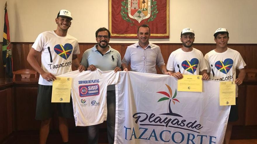 David Ruiz Álvarez (c), concejal de Turismo de Tazacorte, con miembros del equipo de socorristas.
