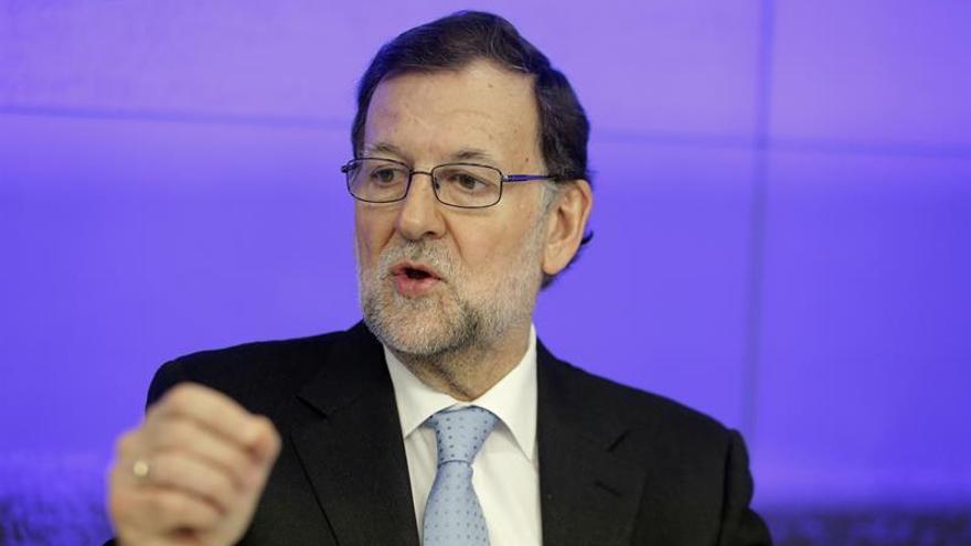 Rajoy dice al Financial Times que evaluaría bajar los impuestos si gana las elecciones