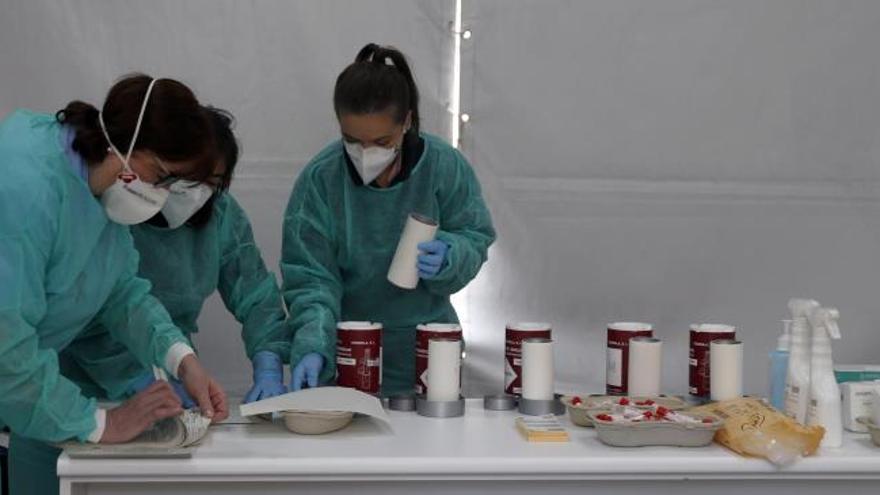 Sanitarias del hospital de Basurto preparan unas muestras