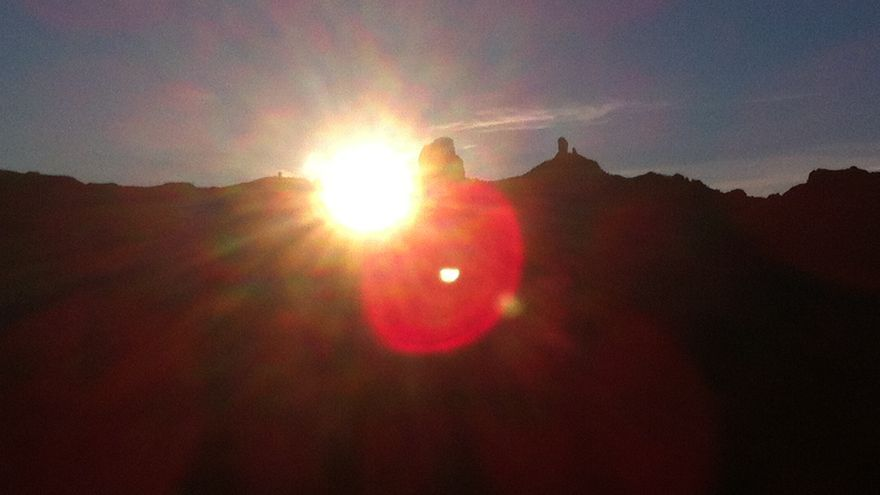 Solsticio de invierno. El sol sale junto al Roque Bentayga, desde la Vega de Acusa, en Gran Canaria.
