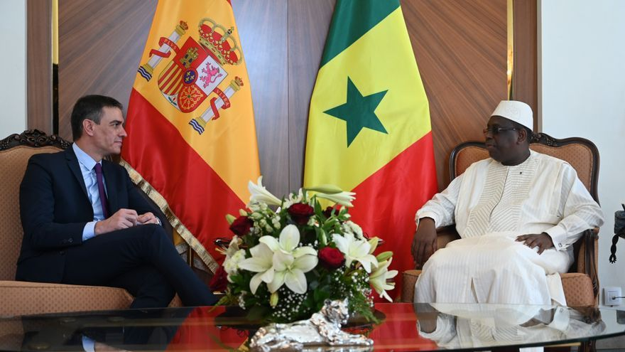 El presidente del Gobierno, Pedro Sánchez, con su homólogo de Senegal, Macky Sall, durante su visita a Dakar