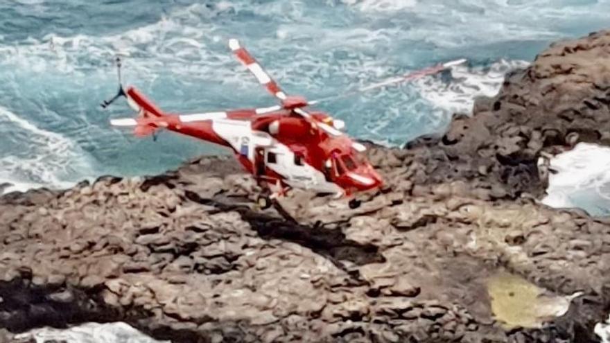 Un helicóptero rescata a dos adolescentes en peligro de ahogamiento en El Charcón
