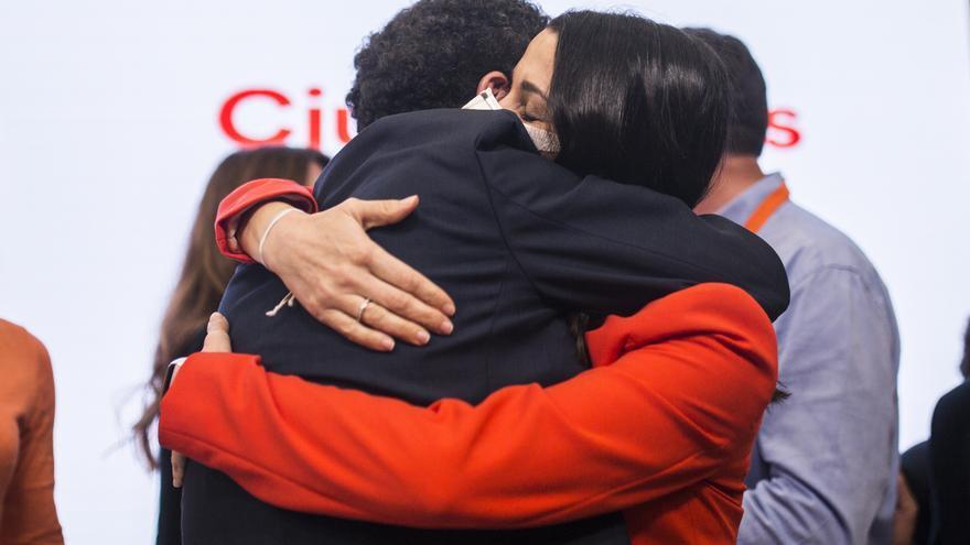 El candidato de Ciudadanos a la Presidencia de la Comunidad de Madrid, Edmundo Bal, abraza a la presidenta del partido, Inés Arrimadas, en la sede de Cs tras conocerse el resultado de las elecciones autonómicas.