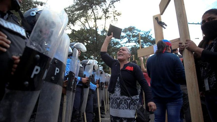 Manifestantes ante una barrera policial en una concentración contra el fraude electoral en diciembre.