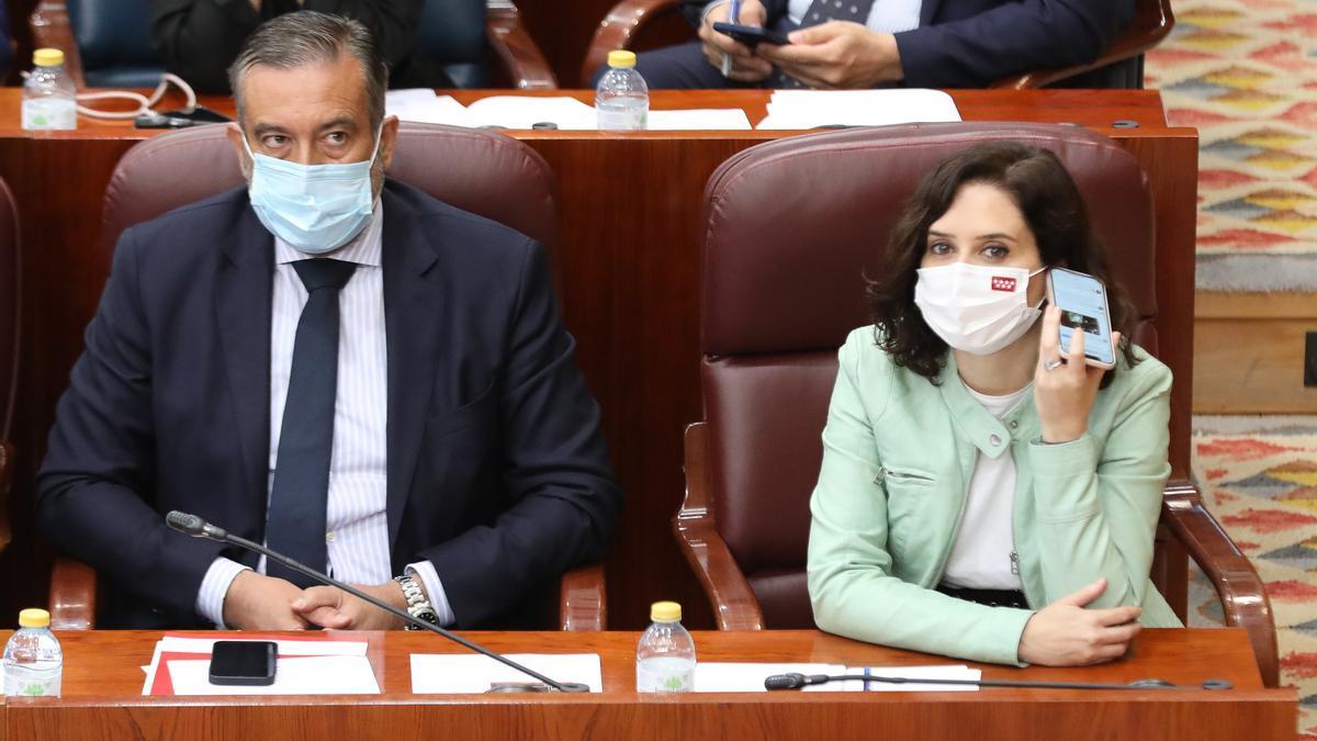 La presidenta de la Comunidad de Madrid, Isabel Díaz Ayuso, y el consejero de Presidencia, Enrique López.