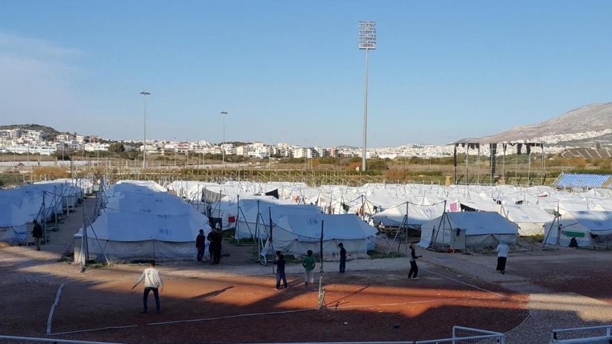 Campo de refugiados en el antiguo estadio olímpico de béisbol de Elliniko.