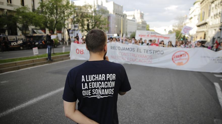 Un joven, ante la cabecera de la manifestación por la educación pública de este 8 de mayo. Foto: Olmo Calvo