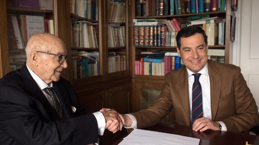Archivo - El presidente de la Junta de Andalucía, Juanma Moreno, y el exministro de UCD Manuel Clavero, en una imagen de archivo.