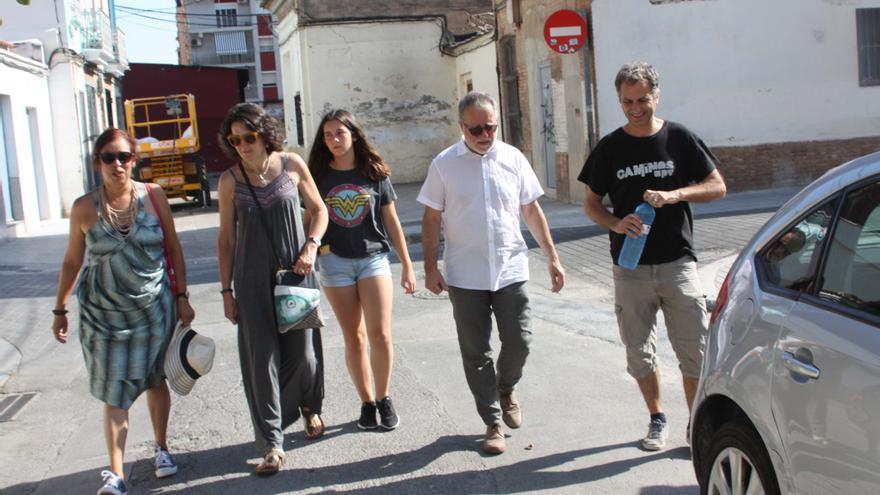 González-Sinde recorriendo las calles de El Cabanyal junto a los vecinos