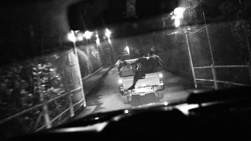 El operativo policial realizado la noche del 24 de mayo en el departamento de Sonsonate, El Salvador, tenía como objetivo arrestar a los miembros de la Mara Salvatrucha que habían ocupado las viviendas de los vecinos de la zona. Según la Policía Nacional Civil decenas de habitantes de los cantones Los Alemanes y Talcumulca, en el municipio de Izalco, habían sido expulsados de sus viviendas. En el año 2016 Sonsonate tuvo la tercera tasa de homicidios más alta del país entre municipios de más de 50 mil habitantes.