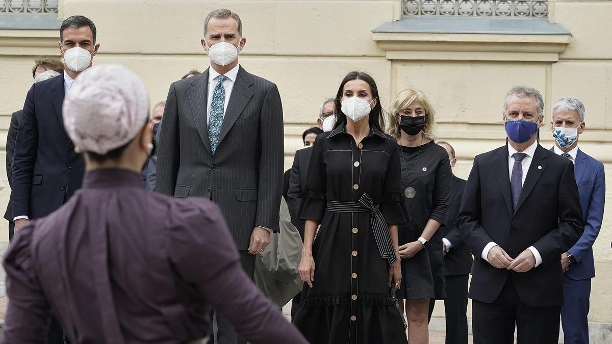 Pedro Sánchez e Iñigo Urkullu, separados por el jefe del Estado y su esposa, esta semana en Vitoria durante la inauguración del Memorial