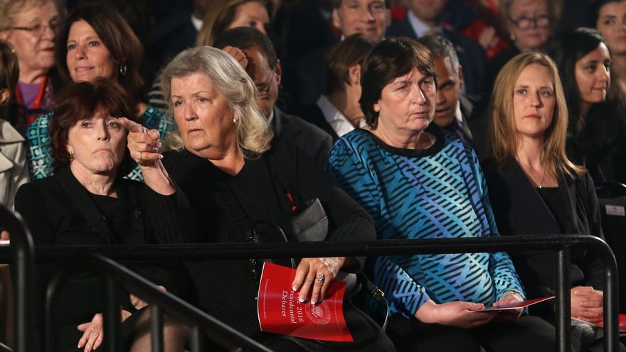 Mujeres que acusaron a Bill Clinton de acoso sexual, entre el público del segundo debate presidencial de EE.UU.