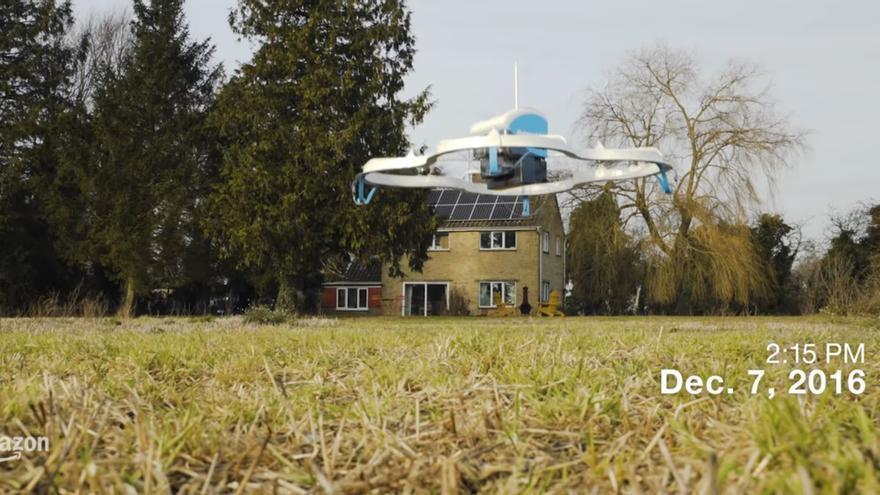 El dron de Amazon entregando su primer pedido