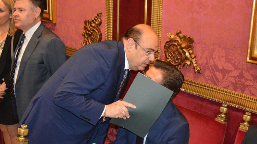 Sebastián Pérez (PP) habla con Luis Salvador (Cs) minutos antes de iniciarse la sesión de investidura | L.R.
